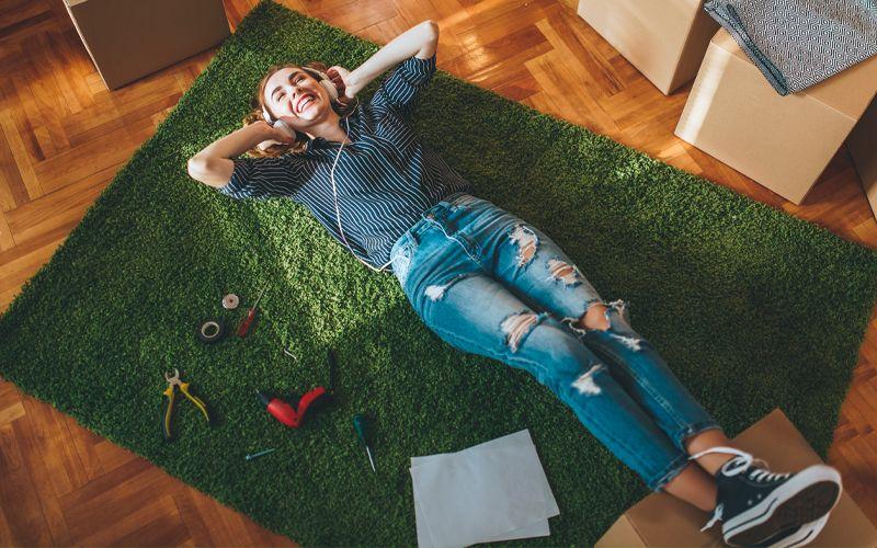 Imagem de uma mulher deitada ouvindo música