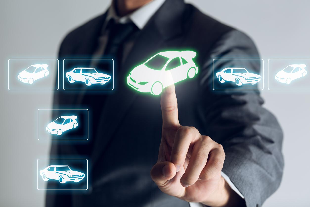 Homem escolhendo carro online