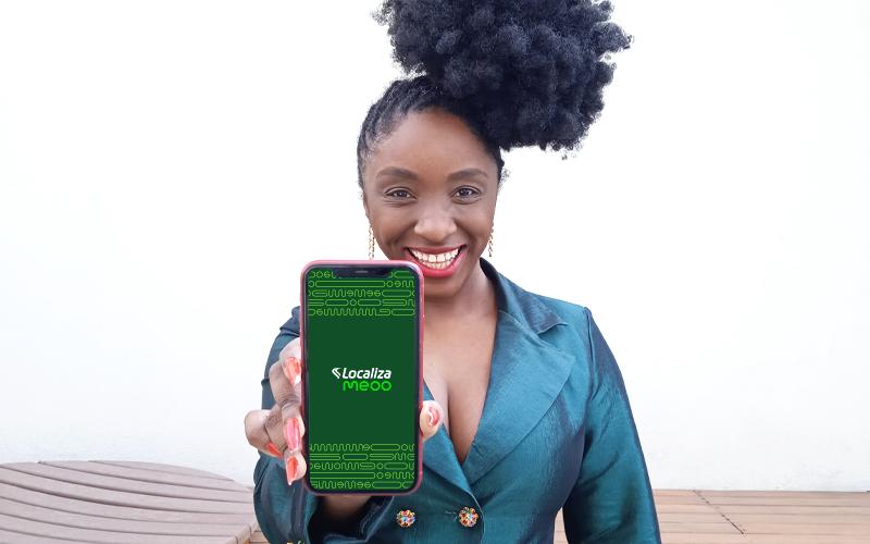 Nina Silva mostrando a tela do celular com o site de Meoo