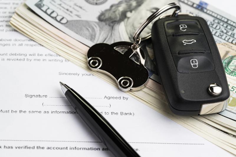 Preço de carro por assinatura: chave do carro em cima de alguns dólares e um contrato.