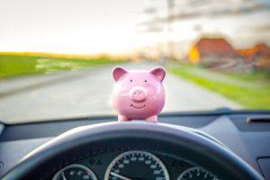 cofre de porco no painel do carro