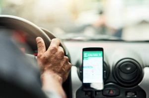celular no painel do carro